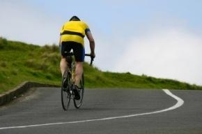 Велосипедиста сбил автомобиль на Дороге жизни