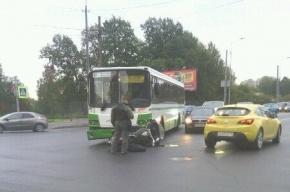 Автобус столкнулся с мотоциклом на улице Бабушкина