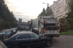 BMW и мусоровоз остановили движение по Тимуровской улице