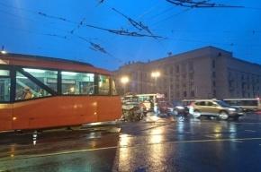 Hyundai врезался в трамвай на Благодатной улице, три человека пострадали