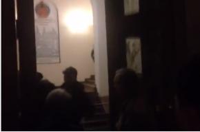Полиция показала журналистам свою силу в скандальном УИКе на Васильевском острове