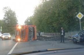 «КамАЗ» перевернулся в Пушкине и засыпал дорогу землей