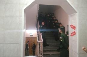 Курсантов в военной форме выстроили в «двухэтажную очередь» в УИК № 1656