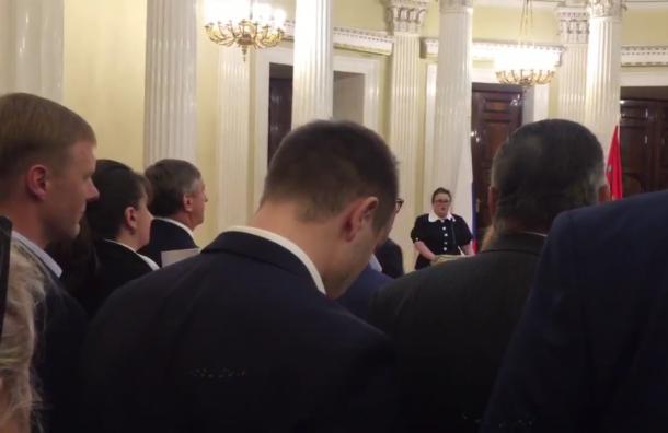 Самого молодого депутата парламента увели до окончания церемонии вручения мандатов