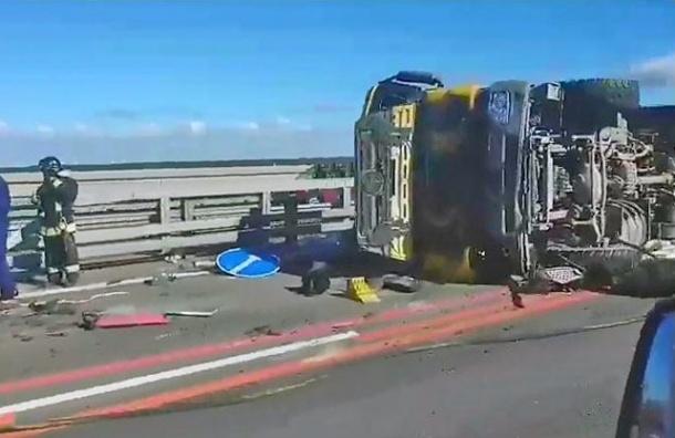 Перевернувшийся грузовой автомобиль сгазом пропаном парализовал движение подамбе