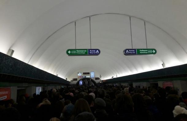 Очевидцы предупреждают о «пробке» из пассажиров «Василеостровской»