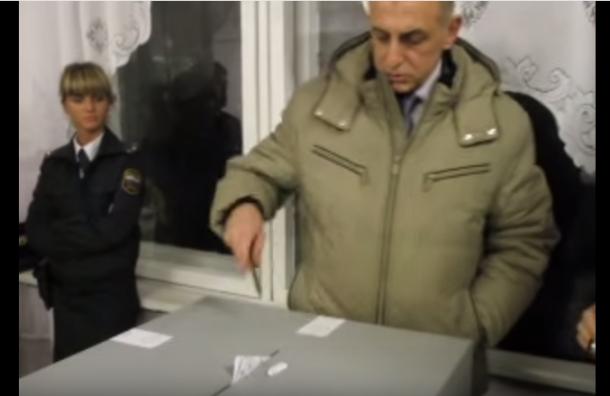 Единоросс, ударивший журналистку, сравнил себя с бронепоездом