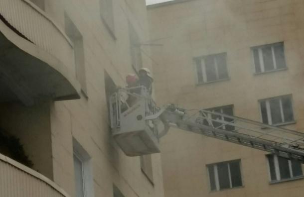 Пожарные сняли женщину с ребенком из горящей квартиры на Руставели