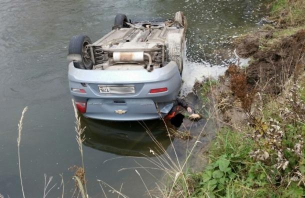 Иномарка опрокинулась на крышу и упала в канаву в Ленобласти