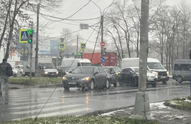 «Съезд любителей летней резины»: непогода провоцирует ДТП в Петербурге