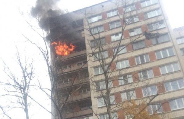 Пожилого мужчину спасли из горящей квартиры на Дачном проспекте