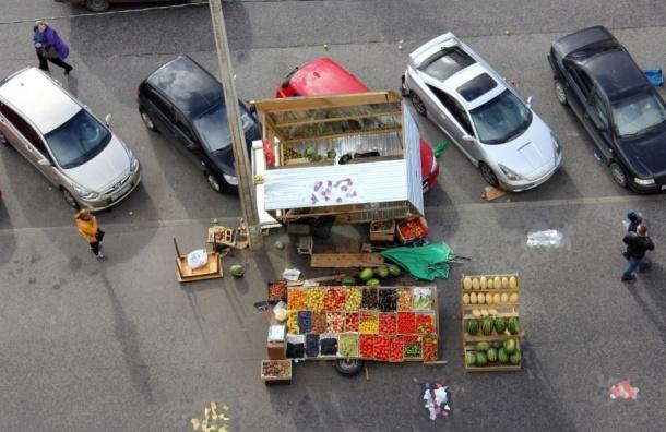 Ларек с фруктами рухнул на припаркованные машины в Приморском районе