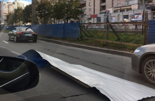 Сорванный ветром кусок забора повредил машину на Просвещения