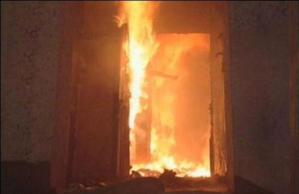 Шесть человек эвакуировали из горящего дома на Трамвайном проспекте