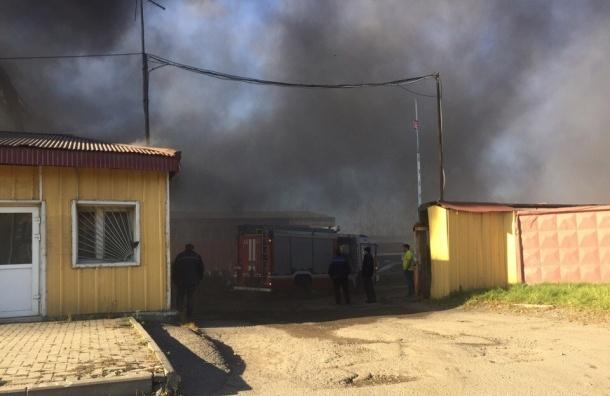 Склад с покрышками горел на Дальневосточном проспекте