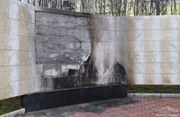 Молодоженов из Кировска подозревают в поджоге мемориала ВОВ