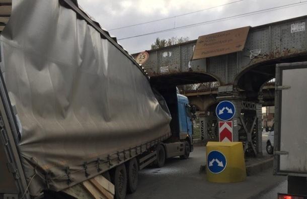 Фура застряла под мостом на Боровой