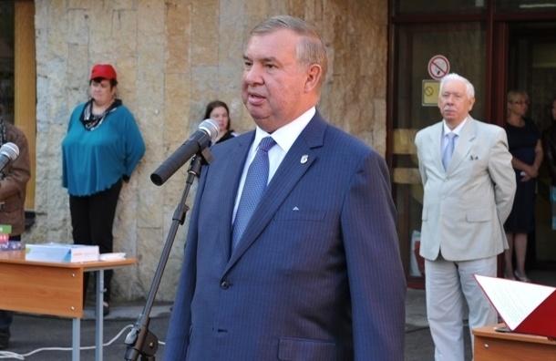 Депутат-единорос Высоцкий курит в туалете Мариинского дворца