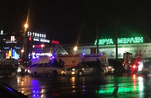 Машина врезалась в толпу на Коломяжском, есть пострадавшие
