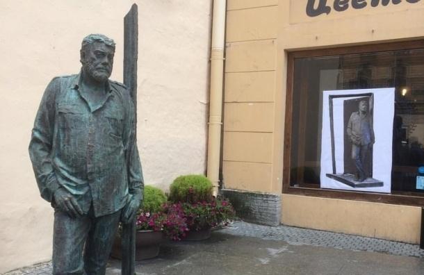 Памятник Довлатову вновь «уехал» с Рубинштейна