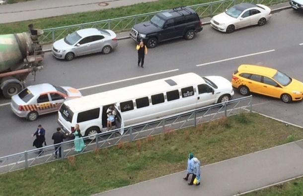 Свадебный лимузин врезался в такси на Парнасе