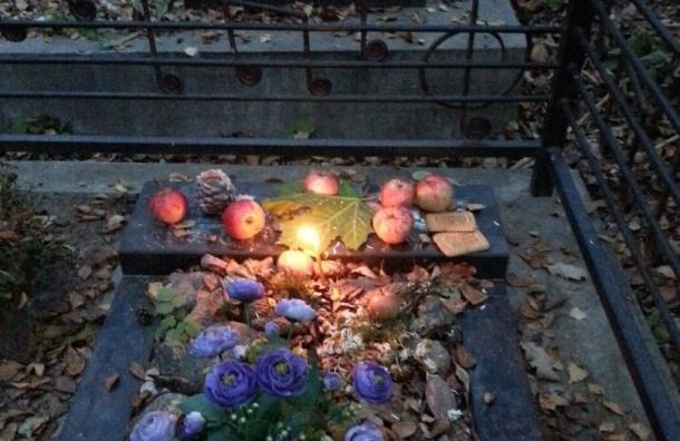 Неизвестные украли надгробную плиту с могилы музыканта Дмитрия Чекова «Никифоровны»