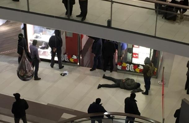 ФСБ в «Стокманне» на Невском задержала двух мужчин