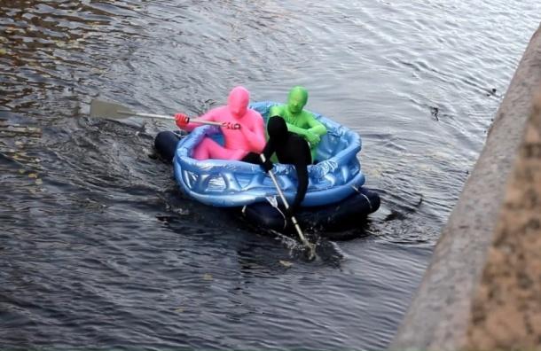 Цветные человечки плавали по каналу Грибоедова на надувном бассейне
