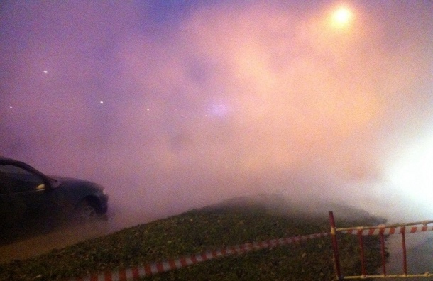 Трубу с горячей водой прорвало напротив СКК