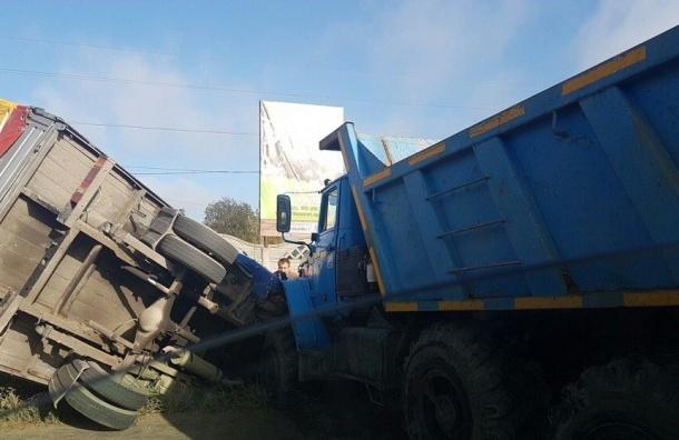Самосвал не поделил дорогу с грузовиком на юге Петербурга