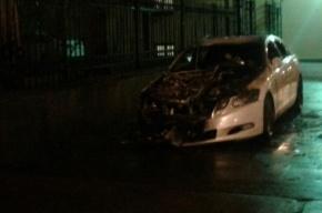 Lexus, припаркованный на тротуаре, сгорел в Петроградском районе