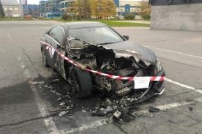 Mercedes сгорел на площадке перед СКК «Петербургский»