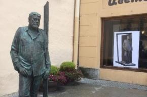 Памятник Довлатову вернулся на улицу Рубинштейна