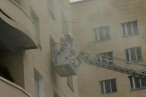 Пожарные сняли женщину из горящей квартиры на Руставели