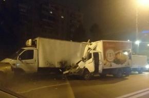 Фургон с пирожными врезался в грузовик с колбасой в Купчино