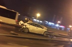 Неуправляемый «КамАЗ» врезался в Hyundai Solaris на проспекте Косыгина