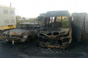 Четыре машины сгорели на парковке в Колпино