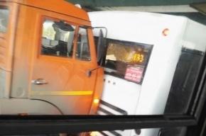 «КамАЗ» и автобус «произвели стыковку» на Пискаревском проспекте