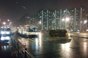 Троллейбус опрокинул «ГАЗель» на Ленинском проспекте