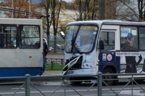 Пять человек получили травмы при столкновении маршрутки и троллейбуса на улице Королева