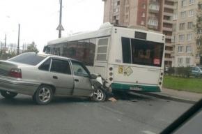 Nexia «воткнулась» в автобус на Шлиссельбургском проспекте
