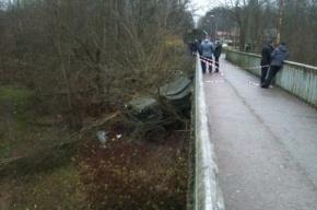 Грузовик со срочниками рухнул с моста в Луге