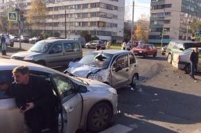Очевидцы: пассажирка Daewoo Matiz «лобовуху головой пробила» в ДТП на Стойкости