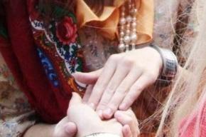Цыганка у храма в Купчино «сняла порчу» с девушки за 4 тыс. долларов