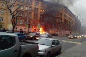 Запах гари ощущается в центре Петербурга из-за автомобильного пожара