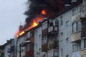Крыша жилого дома во Мге охвачена огнем
