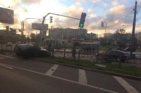 Honda влетела в ограждение на Ленинском, погиб пешеход