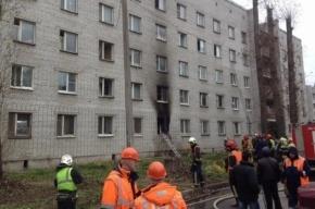Пожарные тушат горящий дом на Маршала Блюхера