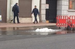Фонтан воды забил на Измайловском проспекте