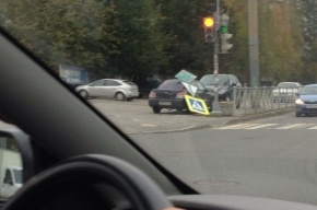 «Пешеходный переход» упал на припаркованную машину на проспекте Королева